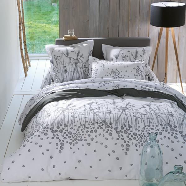 jolie-chambre-à-coucher-couvre-lit-blanc-avec-des-fleurs-et-gris