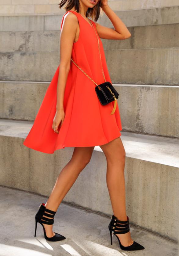 robe-trapèze-jolie-robe-en-rouge-accessoires-noires-féminin