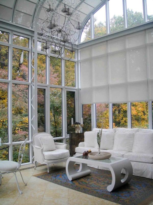 jolie-salle-de-séjour-grand-fenêtres-table-canapé-sofa-vitrage