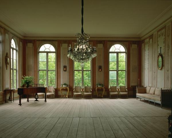 jolie-vaste-moderne-salon-Le-style-Gustavien-pour-un-intérieur-chic-et-sobre-resized