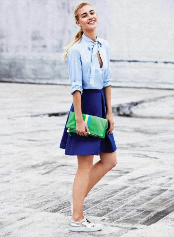 jupe-corolle-bleue-et-une-chemise-bleue-pâle