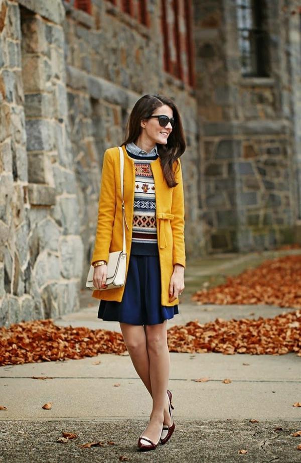 jupe-corolle-plissée-un-pull-et-un-manteau-jaune