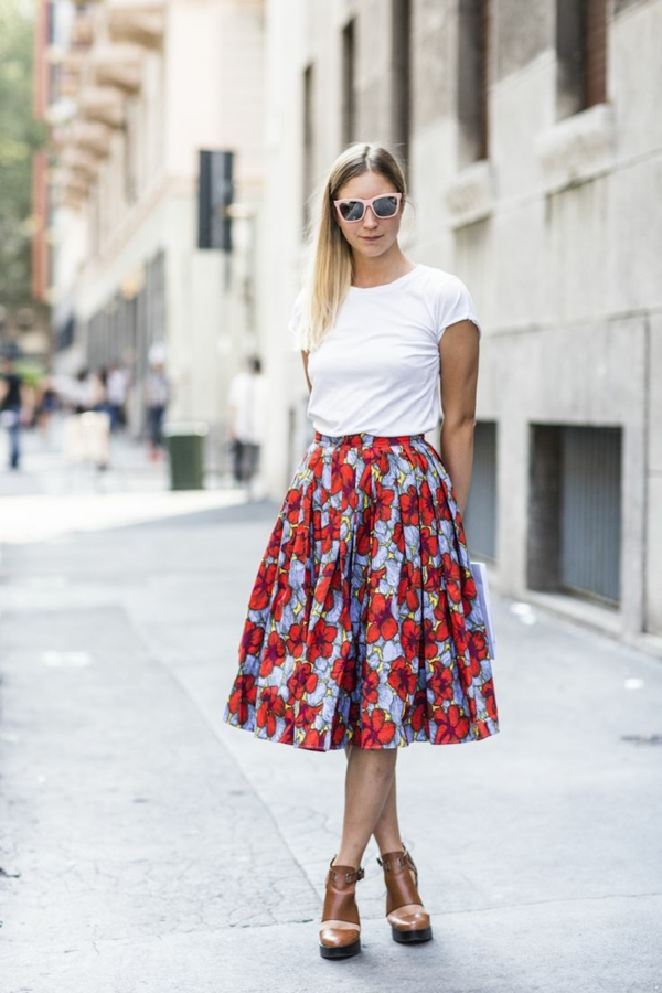 jupe-corolle-rouge-chaussures-maronnes-et-un-t-shirt-blanc
