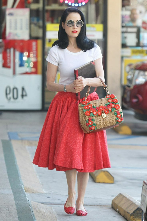 jupe-corolle-rouge-sac-original-et-t-shirt-blanc