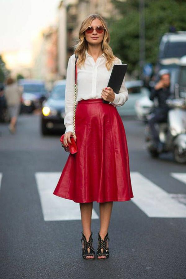 jupe-corolle-une-jupe-en-cuir-rouge-et-une-chemise-bmlanche