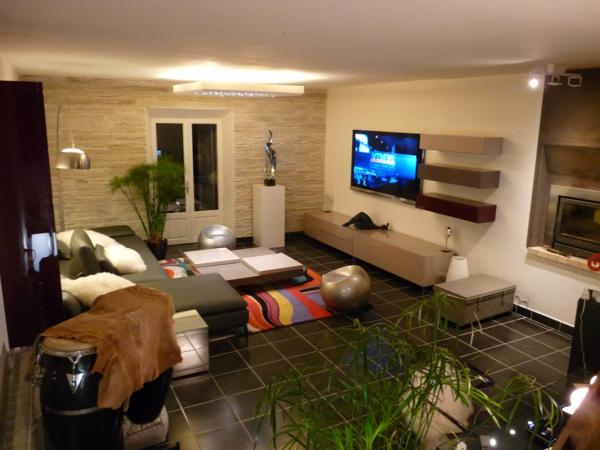 Salle de séjour avec des pierres de parement intérieur