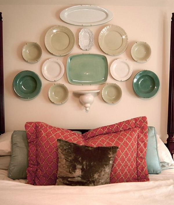 la-chambre-à-coucher-lit-décoration-avec-des-platos-couvre-lit-assiède