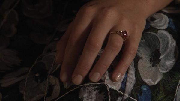 la-main-avec-anneau-rubis-à-la-maine-de-blair