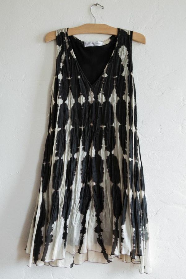 la-robe-à-la-cintre-sur-un-mur-robe-blanc-et-noir