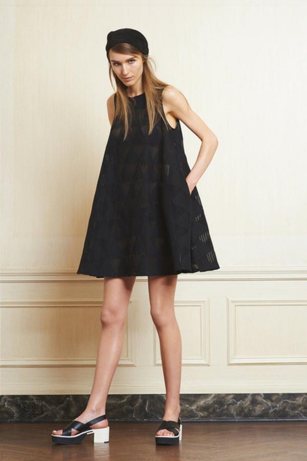 la-robe-trapèze-modenre-robe-noir-courte-classique-style-60s