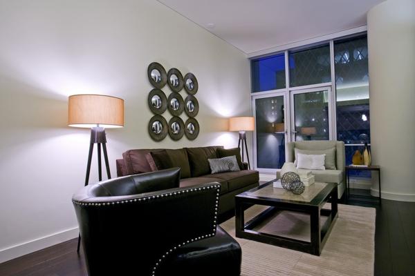lampadaire-tripode-deux-lampes-tripodes-et-fauteuil-noir-en-cuir