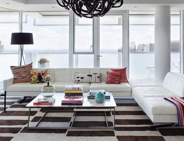 lampadaire-tripode-et-plafonnier-noir-sofas-blancs