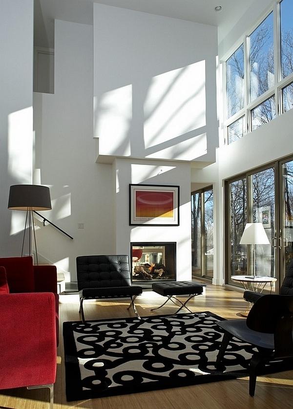 lampadaire-tripode-grandes-fenêtres-un-haut-plafond
