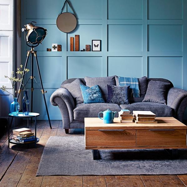 lampadaire-tripode-industriel-un-mur-bleu-et-sol-en-bois