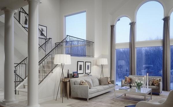 lampadaire-tripode-intérieur-à-haut-plafond-escalier-élégant