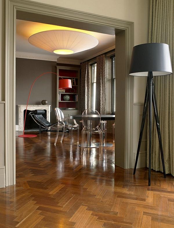 lampadaire-tripode-noir-un-intérieur-artistique