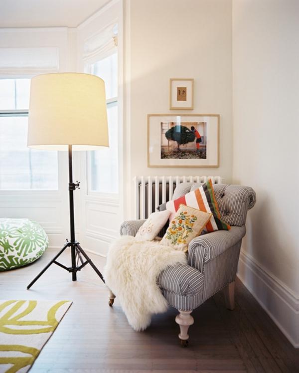 lampadaire-tripode-un-grand-abat-jour-et-fauteuil-vintage