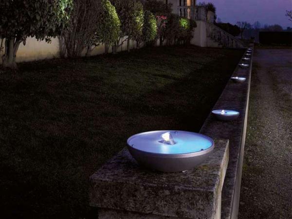 Les lampes solaires de jardin clairage joli et for Luminaire exterieur piscine