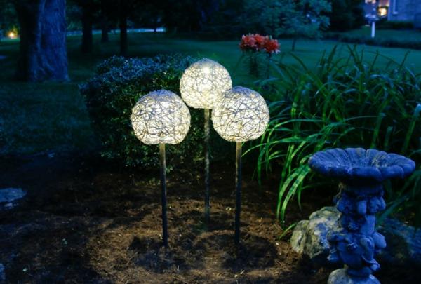 lampes-solaires-de-jardin-globes-lumineux