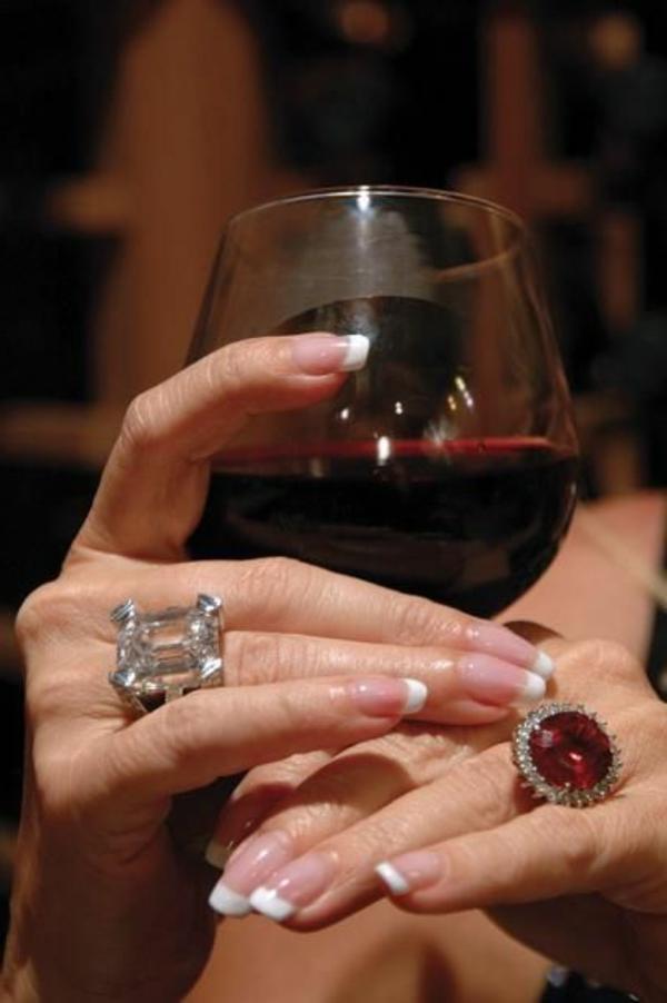 le-vin-rouge-dans-les-mains-accessoirisées-avec-bague-rouge