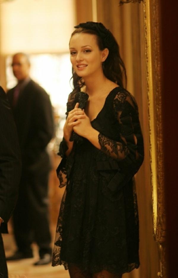 leighton-meesters-avec-une-petite-robe-à-la-mode-noire