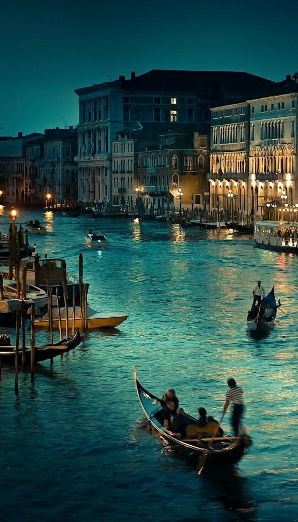 les-gondoles-La-jolie-ville-de-Venise-que-voir-soirée-resized