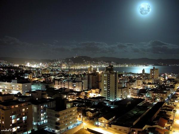 lisboa-la-nuit-à-lisbonne-la-lune-les-maisons-resized