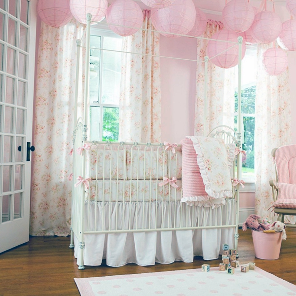 lit-blanche-et-rose-bonbon-poétique-lumineuse--fleurs