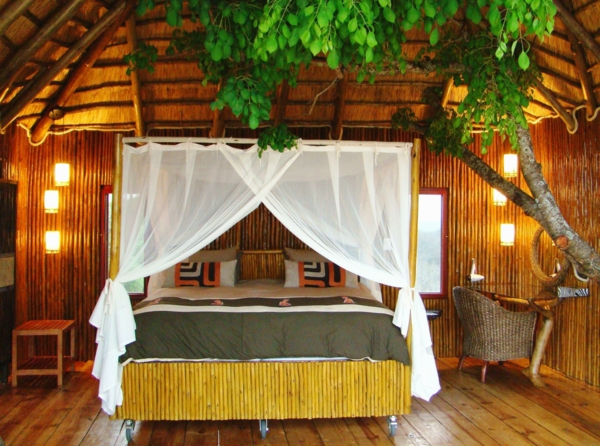 lit-en-bambou-naturel-dans-une-maison-en-bois