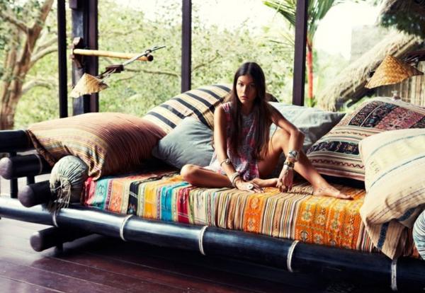 lit-en-bambou-peint-noir-un-grand-lit-pour-l'extérieur