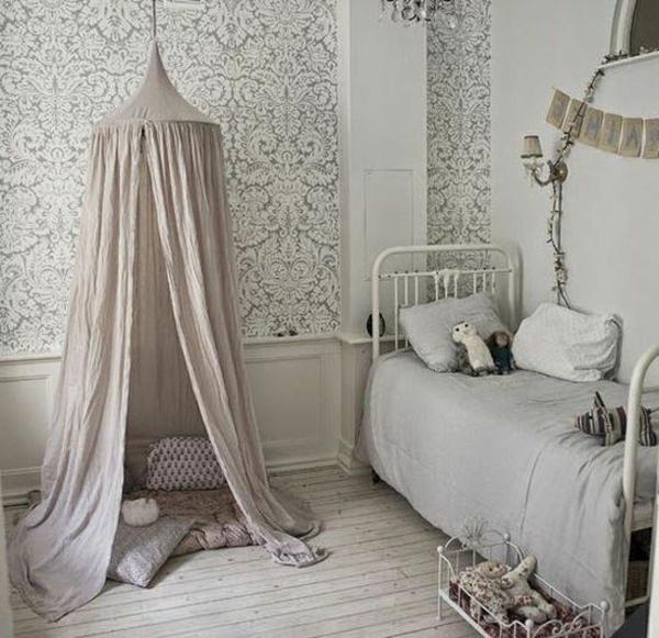 lit-en-fer-chambre-rideaux