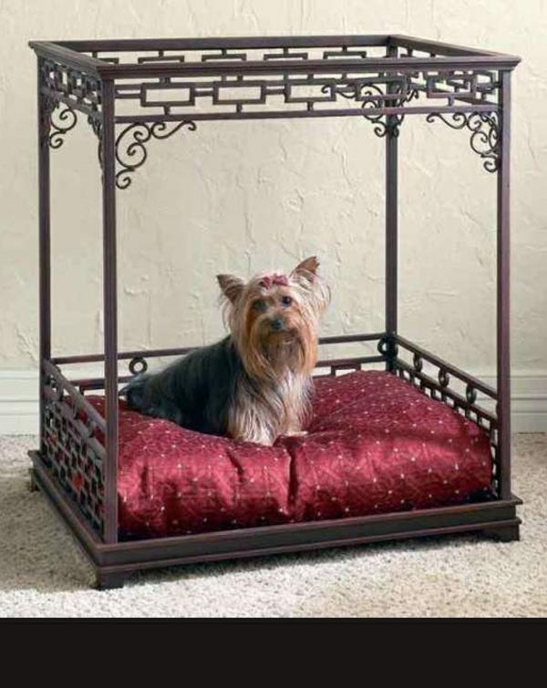 lit-pour-chien-en-fer-forgé-une-table-transformée-en-lit
