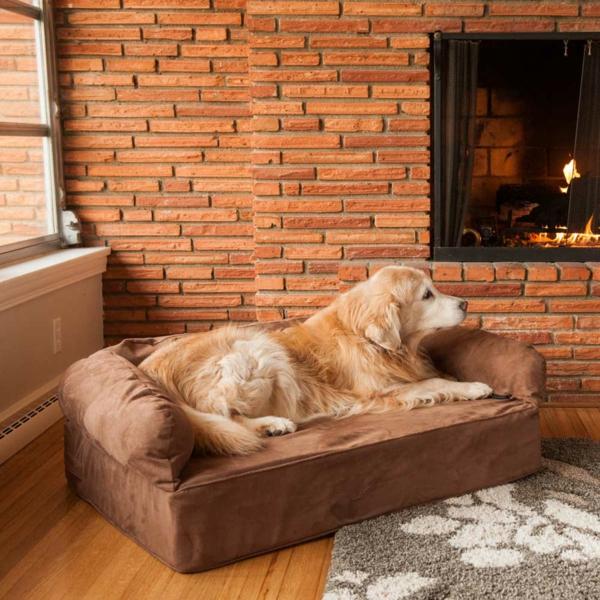 lit-pour-chien-un-lit-coussin-près-de-la-cheminée