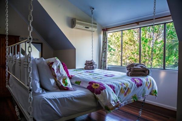 lit-suspendu-au-plafond-pour-une-chambre-à-coucher-miraculeuse