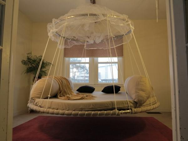 lit-suspendu-rond-avec-voilage-blanc