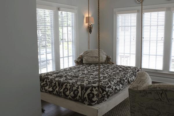 lit-suspendu-un-design-en-bois-dans-une-chambre-blanche