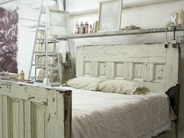 lit-vintage-blanc-coussins-échelle-pour-étagère