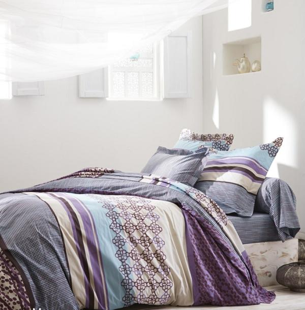 lit-violet-coussins-couverture-mixe-blanc-mur