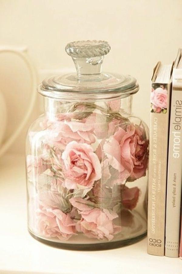 livres-un-pot-avec-des-fleurs-rose-dans-glace