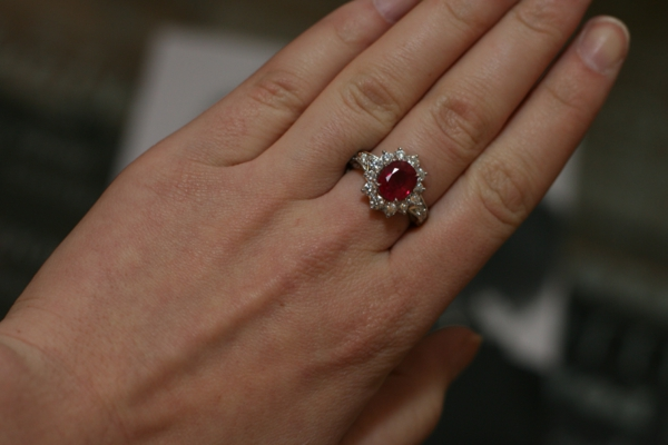 maine-avec-bague-rubis-rouge-accessoire
