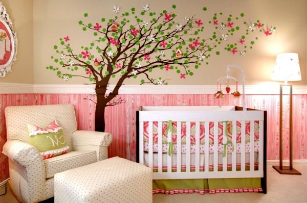 maternelle-arbre-blanc-couleur-pièce-lit-bébé-déco-piaule-mère-créative
