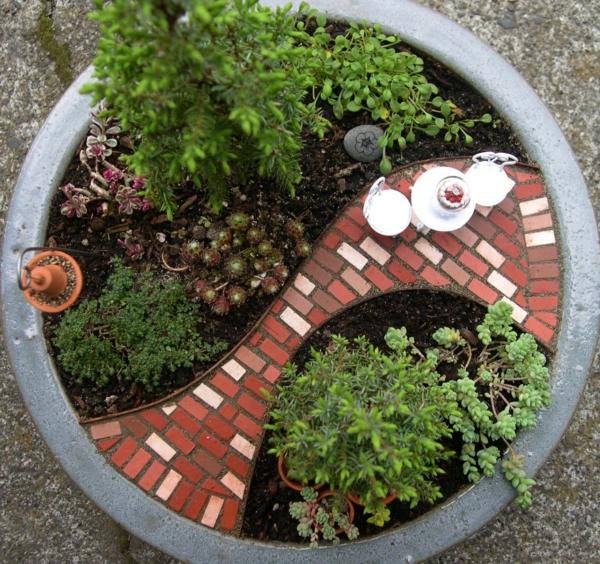 mini-jardin-zen-allée-déco-rouge-et-petit-salon-de-jardin-blanc