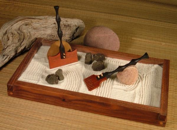 mini-jardin-zen-avec-deux-râteaux