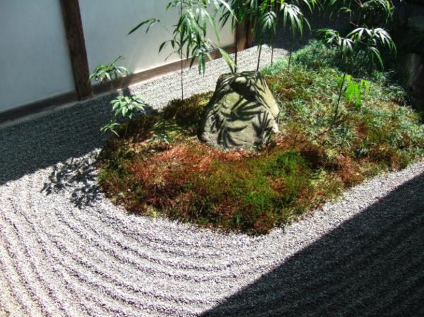 mini-jardin-zen-des-vagues-de-sable-et-un-îlot-vert