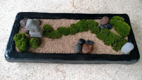 mini-jardin-zen-mousse-verte-et-petite-lanterne-japonaise