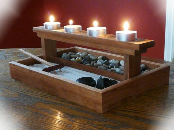 mini-jardin-zen-râteau-et-quatre-bougies-allumées