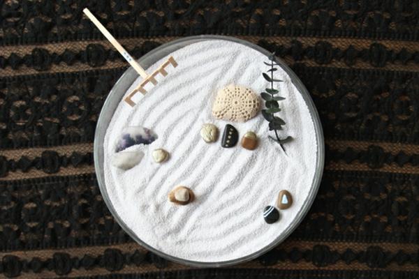 mini-jardin-zen-rond-du-sable-blanc-et-fin