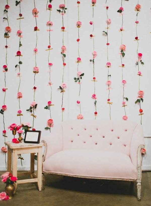 mur-avec-des-fleurs-sofa-s'assoir-pièce