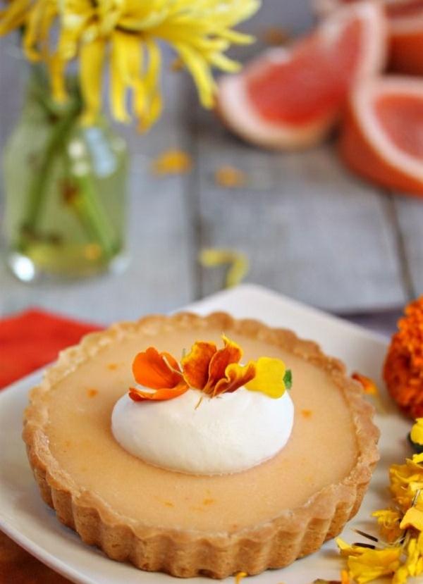 pâtisserie-tarte-avec-des-fleurs-comestibles