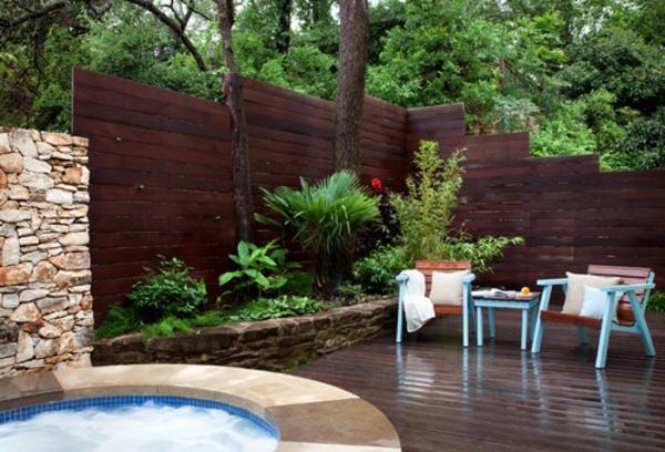 panneau-occultant-de-jardin-en-bois-foncé-et-petit-bassin-rond